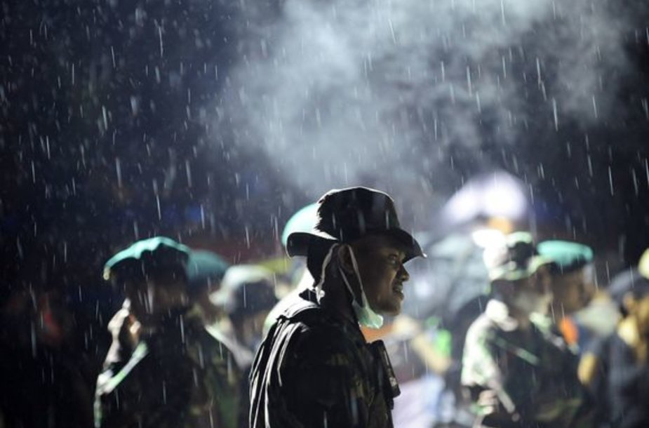 Indonezijoje gelbėjimo darbams trukdo lietus