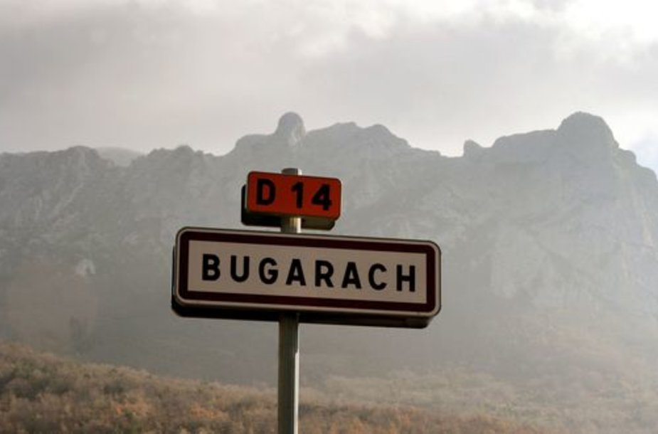 Bugaračo miestelis traukte traukia sektas