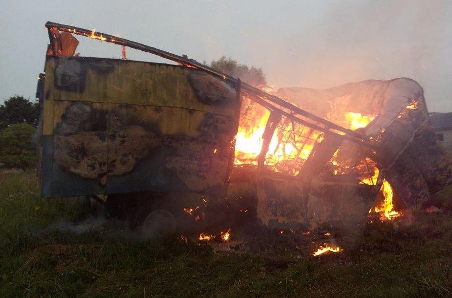 Juknaičiuose pirmadienio vakarą degęs statybininkų vagonėlis.