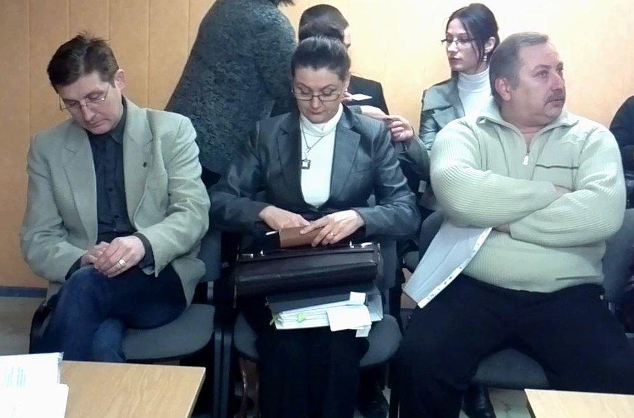 J.Žeimienė kaltinamųjų suole su broliu Artūru (kairėje) ir aviacijos konsultantu A.Vasinu.