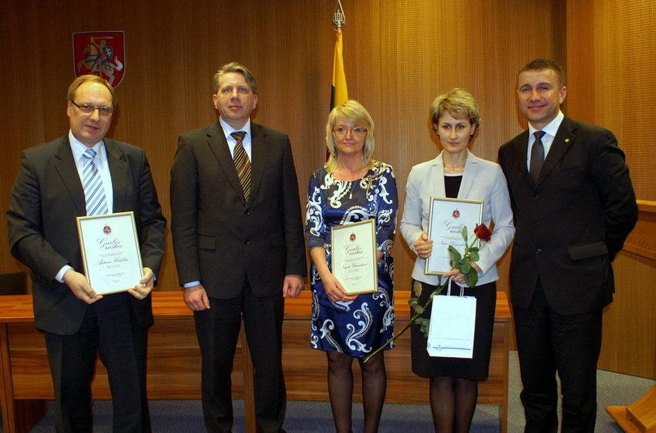 """""""Metų prokurorams"""" (iš dešinės): N.Grunskienei, N.Urbonavičienei ir A.Urbeliui generalinis prokuroras Darius Valys (ketvirtas iš dešinės) ir konkurso iniciatorius prokuroras Saulius Galminas (pirmas iš dešinės) įteikė garbės raštus ir vardines dovanas."""