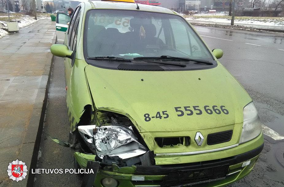 Apgadintas taksi automobilis