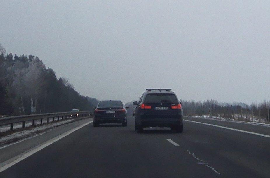 BMW automobiliai greitkelyje, anot liudininko, judėjo apie 150 km/val. greičiu.