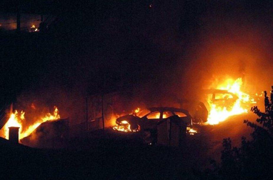 Po avarijos liepsnos pasiekė ir netoliese stovėjusius automobilius.