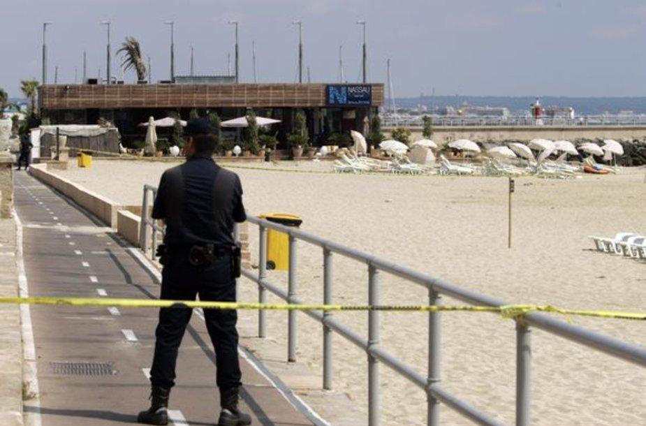 Policija po sprogimų evakuavo teritoriją aplink restoraną.