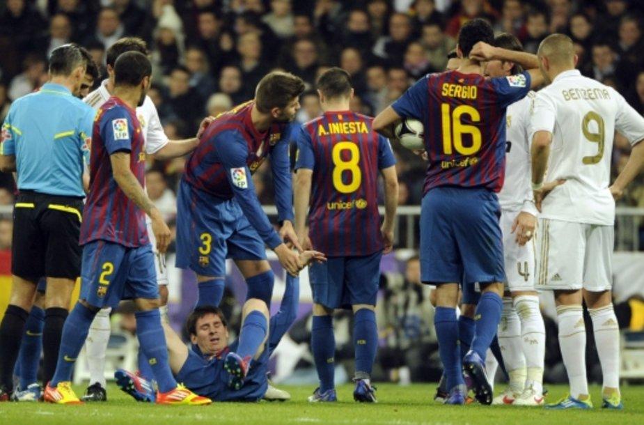 """""""Barcelona"""" futbolininkai priekaištingai rodo į L.Messi (apačioje) ranką."""