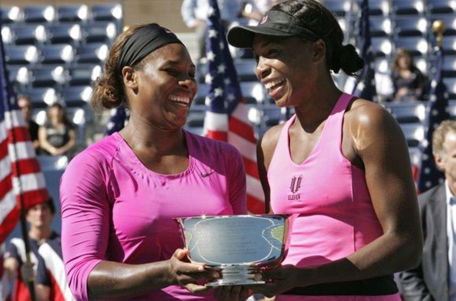 Atvirajame JAV teniso čempionate Serena (kairėje) ir Venus Williams moterų dvejetų varžybose triumfavo po 10 metų pertraukos