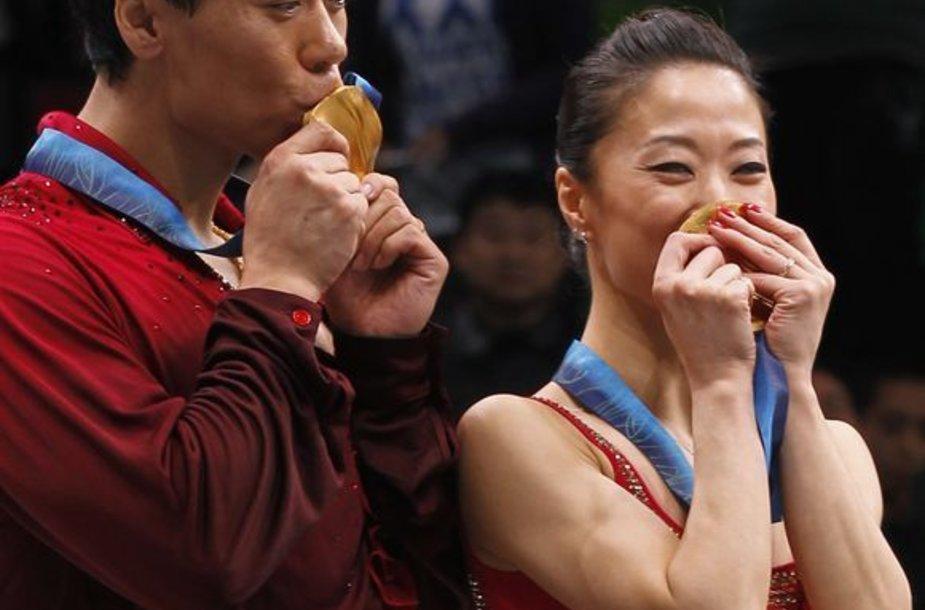 Tik dėl Vankuverio olimpinių žaidynių karjerą pratęsusi Kinijos dailiojo čiuožimo ant ledo pora neslėpė džiaugsmo iškovotais aukso medaliais
