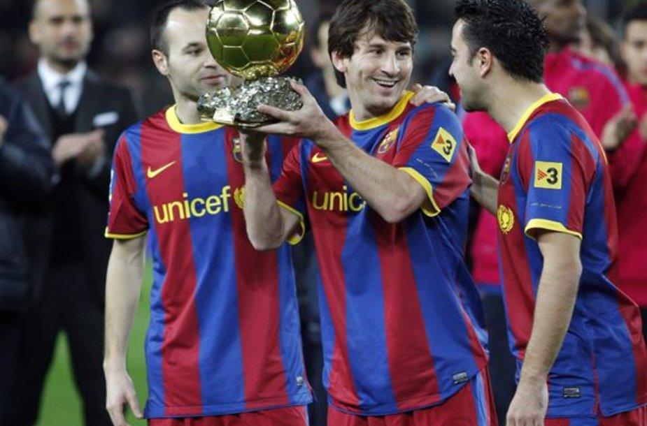 """Lionelis Messi """"Barcelona"""" gerbėjams prieš mačą pademonstravo jam įteiktą """"Auksinį kamuolį""""."""