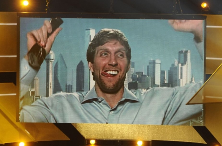 Dirkas Nowitzkis džiaugiasi apdovanojimu