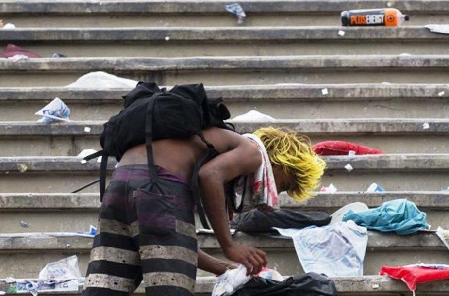 Kalnai šiukšlių, skardines renkantys vietiniai varguoliai – po dvi naktis trukusių sambos mokyklų pasirodymų ir įspūdingų paradų Rio de Žaneiras atrodė it nusiaubtas uragano.