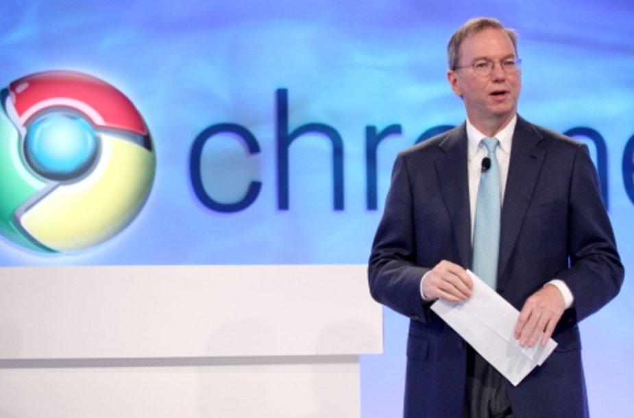"""""""Google"""" valdybos pirmininkas Ericas Schmidtas šalia """"Chrome"""" logotipo."""
