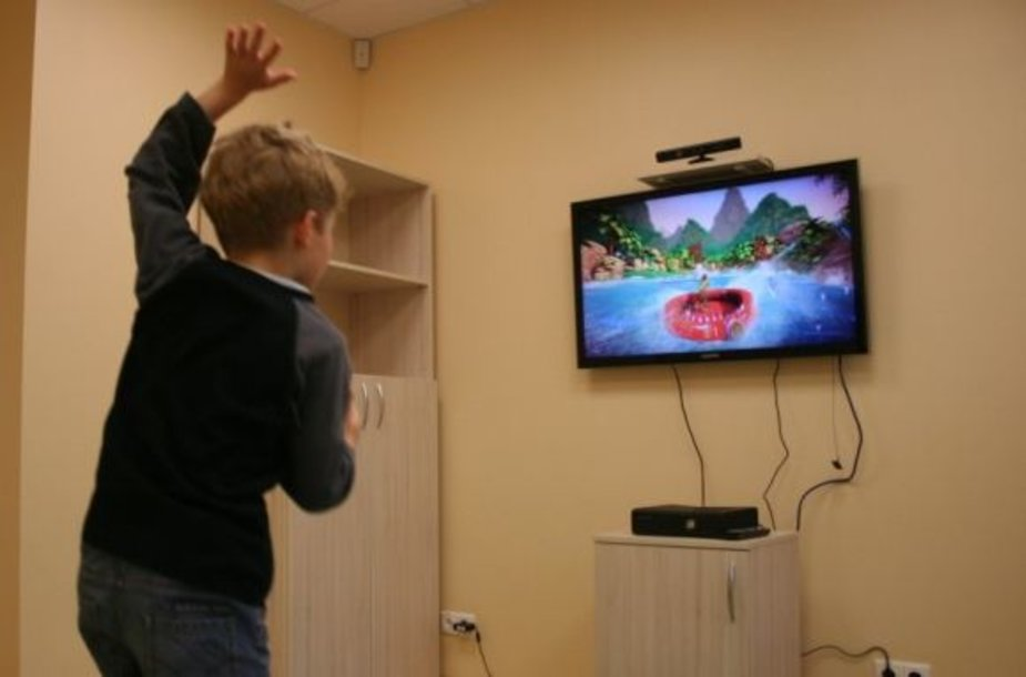 """Žaidimų konsolė """"Xbox 360"""" su """"Kinect"""" buvo perduota Santariškėse esančios Vaikų ligoninės Fizinės medicinos ir reabilitacijos skyriui, kad po traumų sveikstantys vaikai galėtų žaisdami lavinti sutrikusias judėjimo funkcijas."""