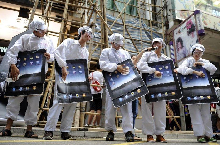 """Protesto akcija prieš darbuotojų išnaudojimą """"Foxconn"""" gamyklose, kuriose gaminami """"Apple"""" produktai."""