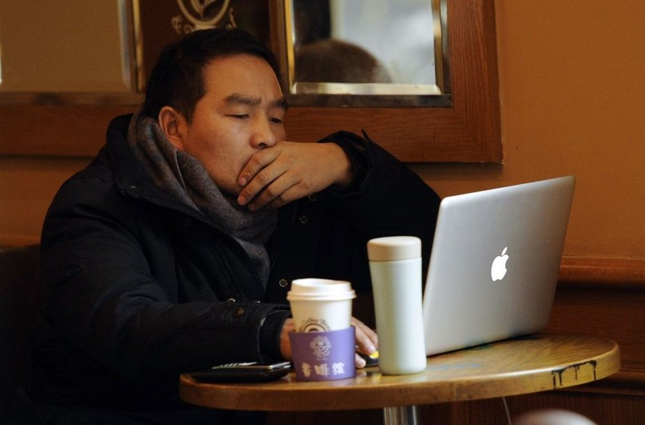 """Žmogus dirba su """"Mac"""" kompiuteriu"""