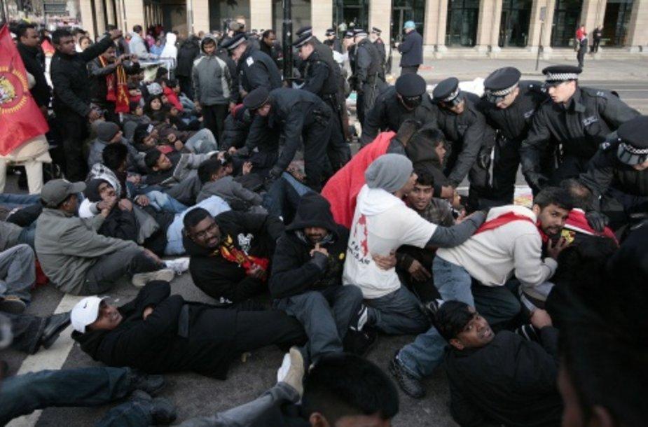 Londono policija vaiko tamilų protestuotojus nuo Vestminsterio tilto.