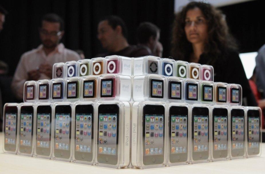 """Naujoji """"iPod"""" grotuvų serija (nuo apačios): """"iPod Touch"""", """"iPod Nano"""" ir """"iPod Shuffle""""."""