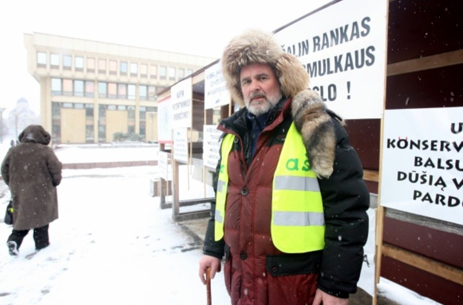 Prie Seimo 41 dieną badavęs Eduardas Šablinskas dėl sveikatos problemų buvo išvežtas į ligoninę.