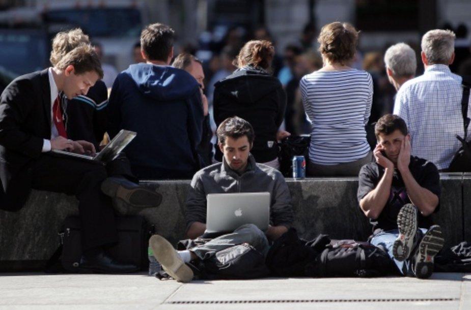 Žmonių priklausomybė technologijoms vis didėja.