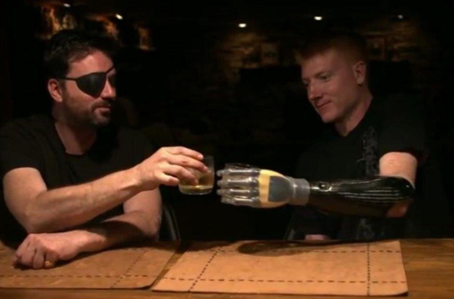 Bioninę akį turintis Robas Spence'as sudaužia stiklinėmis su bioninę ranką turinčiu vyru.