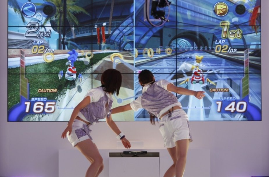 """Žaidimų konsolei """"Xbox 360"""" skirtas priedas """"Kinect"""" leidžia žaidimus valdyti kūno judesiais ar balsu."""