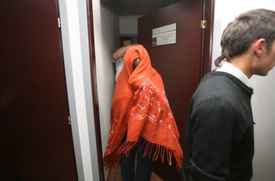Nuorūką nevietoje numetusios ir nubaustos studentės iš savivaldybės palydėtos su apsauga ir prisidengusios veidus, nors valdininkai pažeidėjus žada viešinti