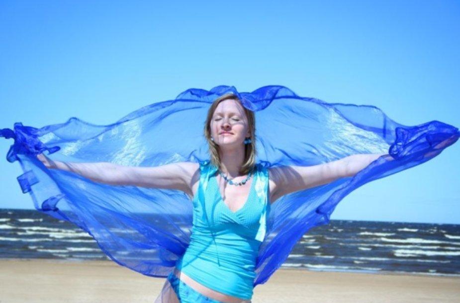 Moteris prie jūros