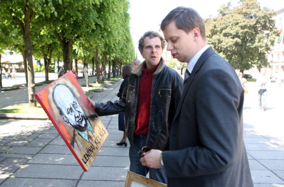 Menininkas Gytautas Balkevičius prie Kauno miesto savivaldybės mėgino parduoti savo tapytus paveiklsus bei skulptūrą