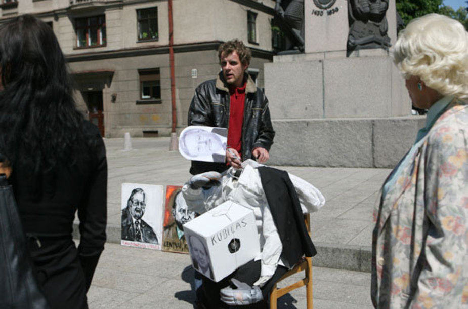 G.Balkevičius paveikslus bandė parduoti prie Vytauto Didžiojo paminklo.