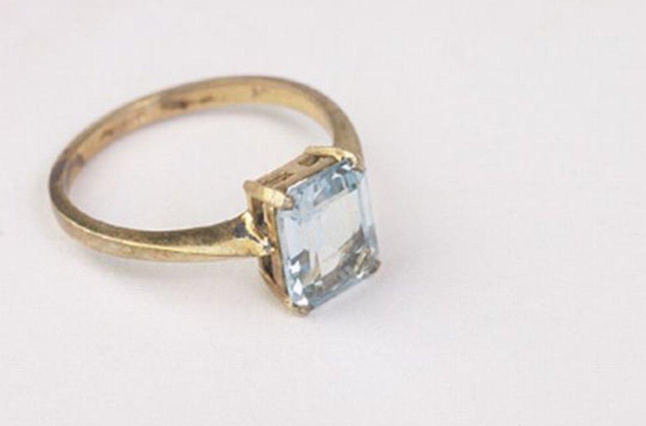 Iš parduotuvės pavogtas žiedas su briliantu ir auksinė grandinėlė.