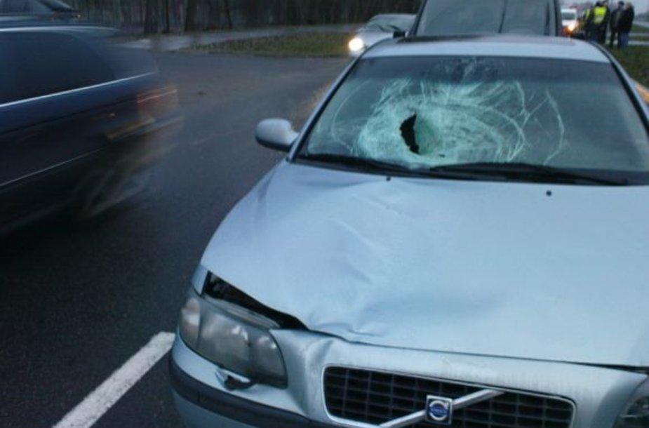 Moterį partrenkė šis policijos pareigūno vairuojamas automobilis