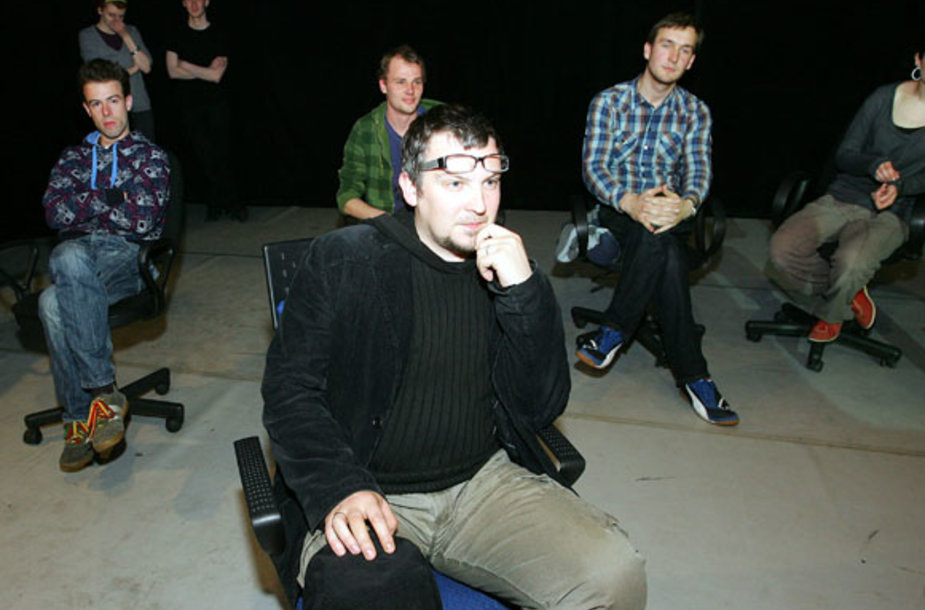Aktoriai ir režisierius A.Kurienius prieš spektaklį jam medžiagos ieškojo internete