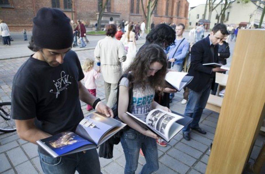 Užsukusieji galės pavartyti ar įsigyti fotografijos katalogų ir kitų leidinių