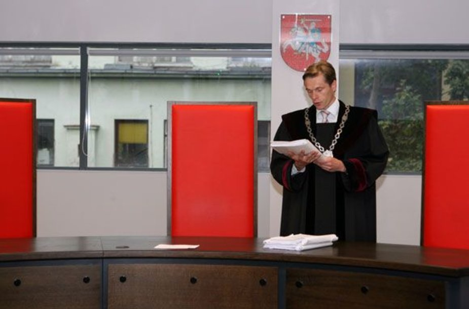 Teisėjas E.Burzdikas nusprendė E.Čekanavičiaus ieškinį dėl skolos palikti nenagrinėtą.