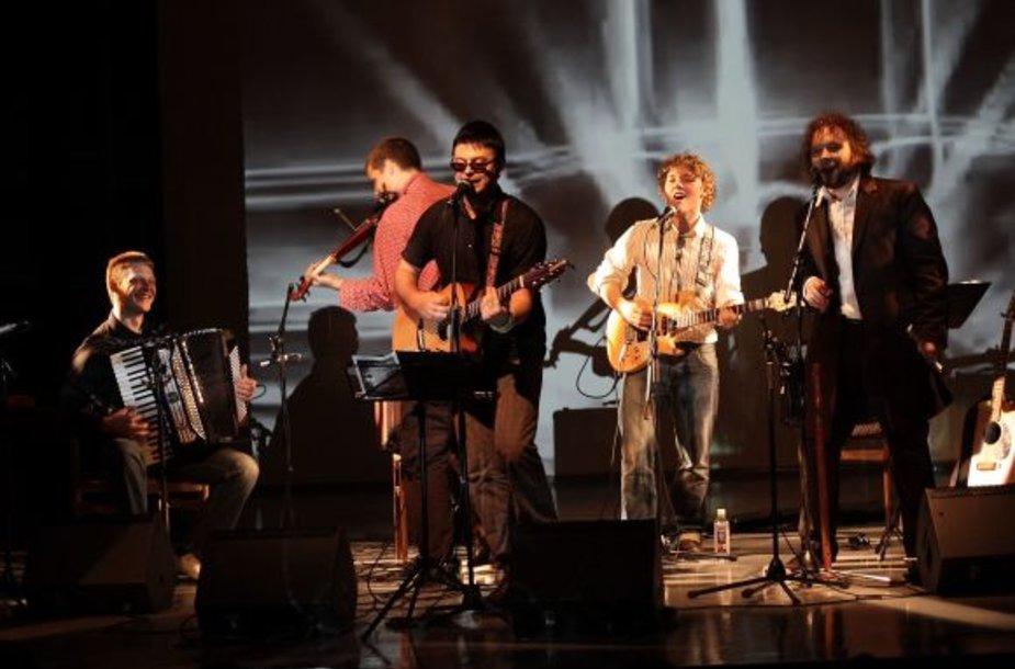 """Projekto """"Saulės broliai"""" varikliai – du Petreikiai: Saulius ir Donatas. Kartu su jais groja ir draugai – žinomi iš kitų projektų muzikantai."""