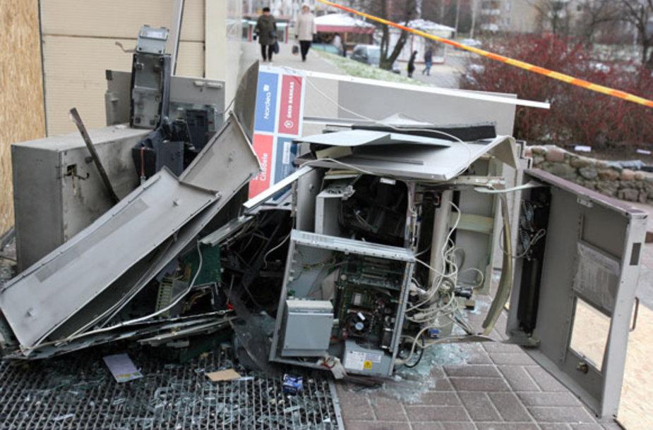 Sprogimo metu išgriuvo parduotuvės sienoje buvęs bankomatas. Manoma, kad jo turinys ir buvo sprogdintojų tikslas