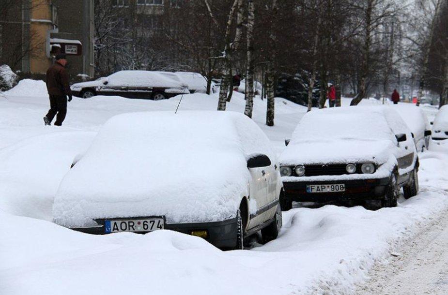 Šalikelėse palikti automobiliai trukdo tinkamai nuvalyti gatves