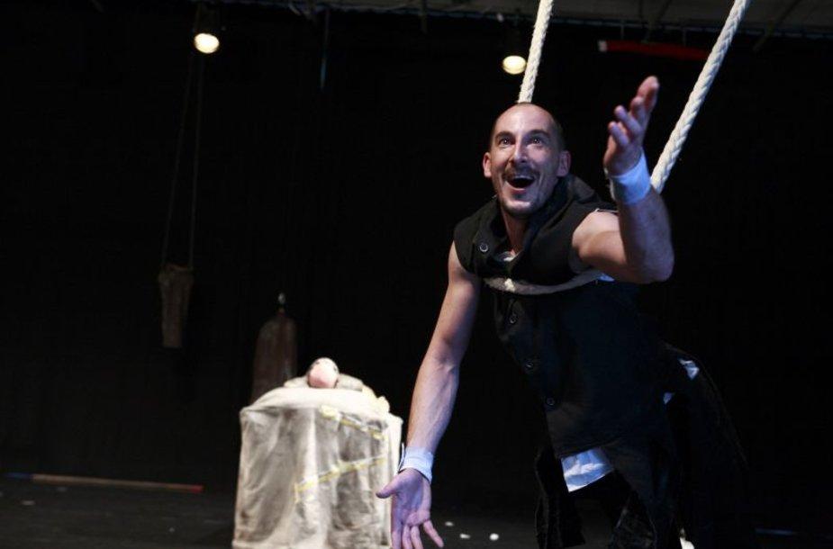 Spektaklyje naudojamos tekstų apie karaliaus Artūro legendą ištraukos bus titruojamos lietuviškai.
