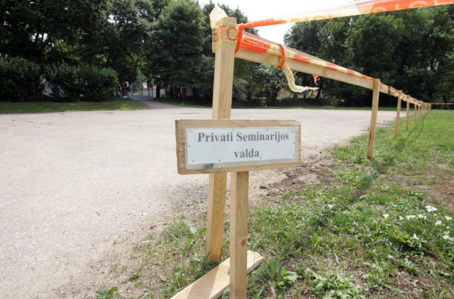 Kauniečius išgąsdino lentelė, skelbianti, kad dalis Santakos parko teritorijos tapo privačia valda.