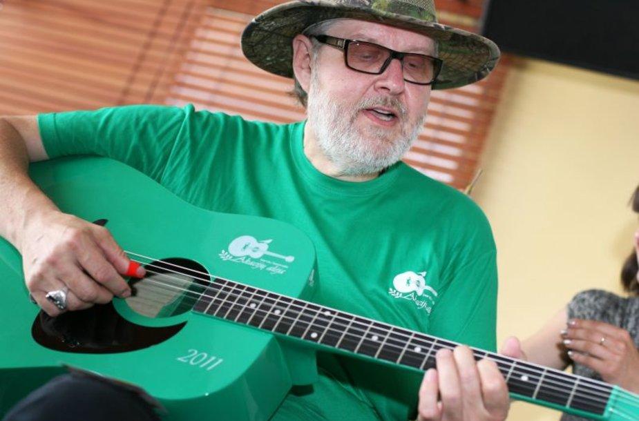 """Vienuoliktajame festivalyje skambės ir naujutėlaitė, tik ką pagaminta žalia gitara ,,Akacija"""". Ją baigiantis spaudos konferencijai išbandė V. Stakėnas."""