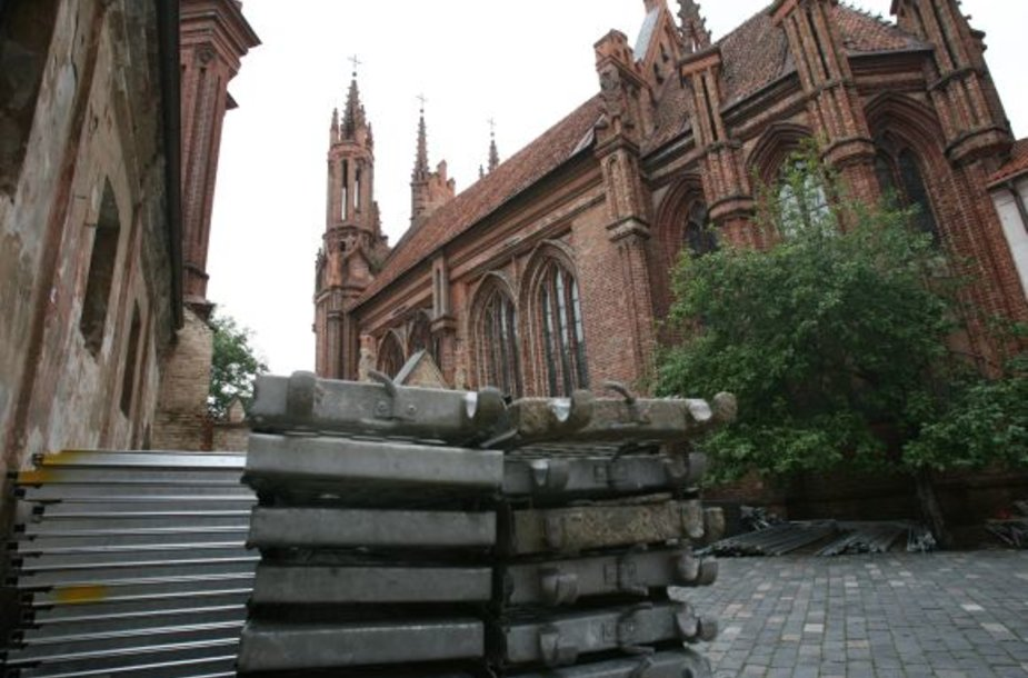 Yrančius Šv. Onos bažnyčios bokštus ir stogą žadėta tvarkyti dar šių metų pradžioje, tačiau realūs darbai prasidės tik rudeniop.