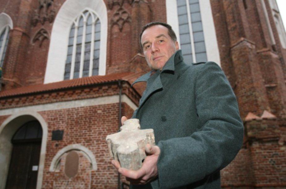 Menotyrininkas Saulius Pilinkus, kolekcionuojantis plytas, turi reliktą ir iš XVI a. Bernardinų bažnyčios. Beje, pastarajai pasisekė – ji šiemet pradėta remontuoti.