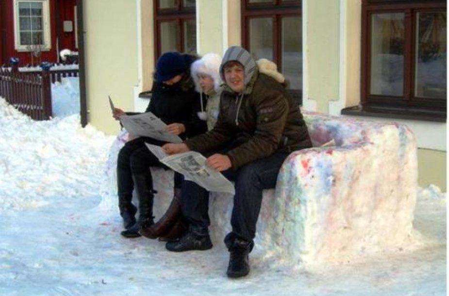 Poilsis ant sniego sofos.