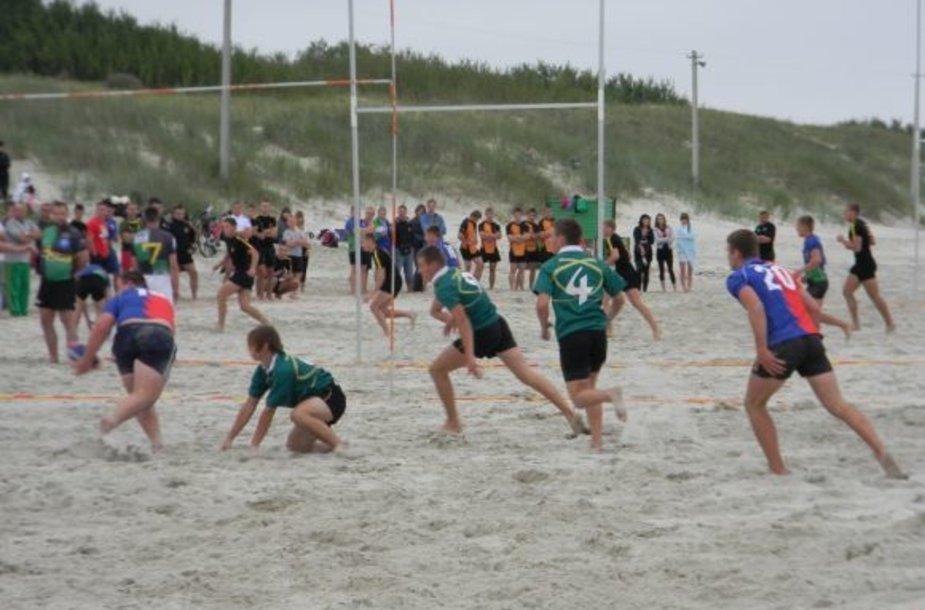 """Paplūdimio regbio, jūrmylės plaukimo ir žvejojimo varžybose """"Pagauk auksinę žuvelę"""" dalyvavo daugiau nei 200 entuziastų."""