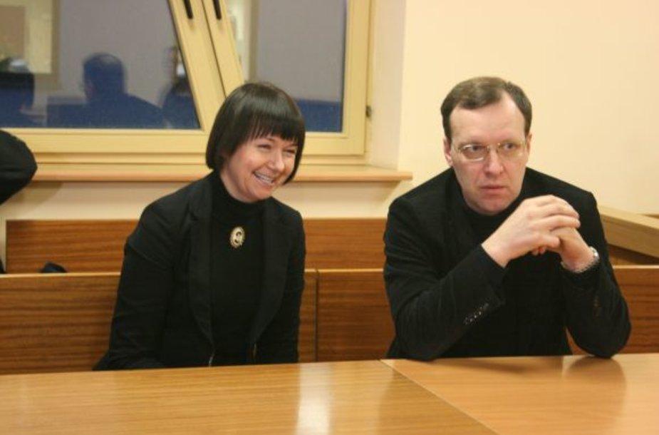 Seimo narį Naglį Puteikį į teismo posėdį atlydėjo žmona Nika Puteikienė.