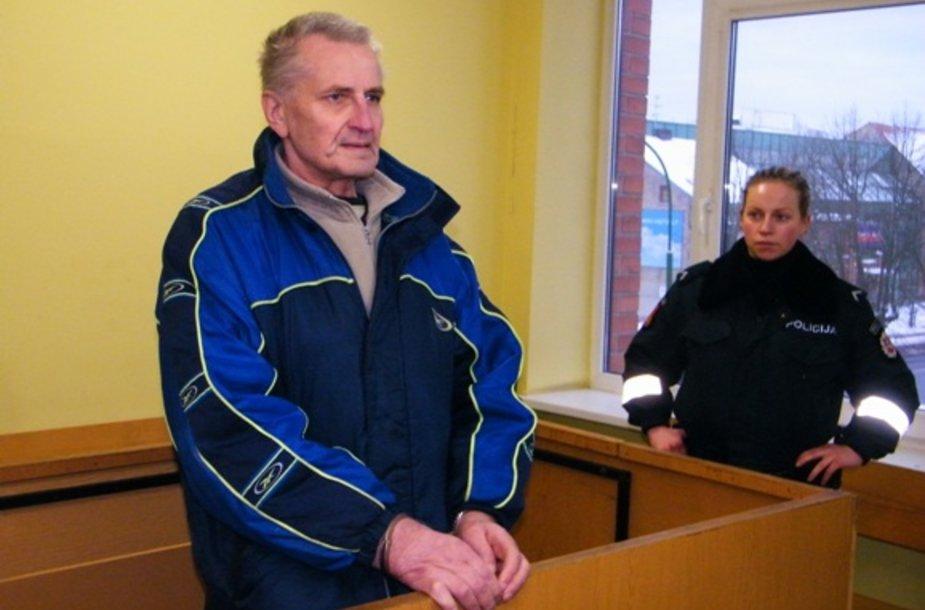 Į teismą nuosprendžio išklausyti atvestas Bronius B. neslėpė veido. Vyras už mažametės seksualinį prievartavimą nuteistas 6 metams. Nuosprendis dar gali būti skundžiamas aukštesnės instancijos teismui.