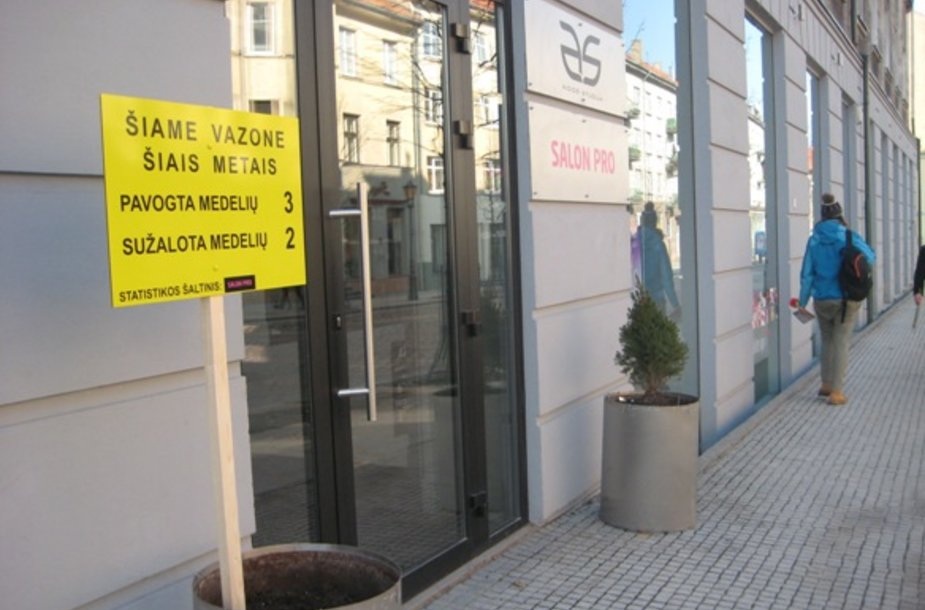 Klaipėdos senamiesčio verslininkas Viktoras Krupskas savaip nusprendė kovoti su augalų vagystėmis.