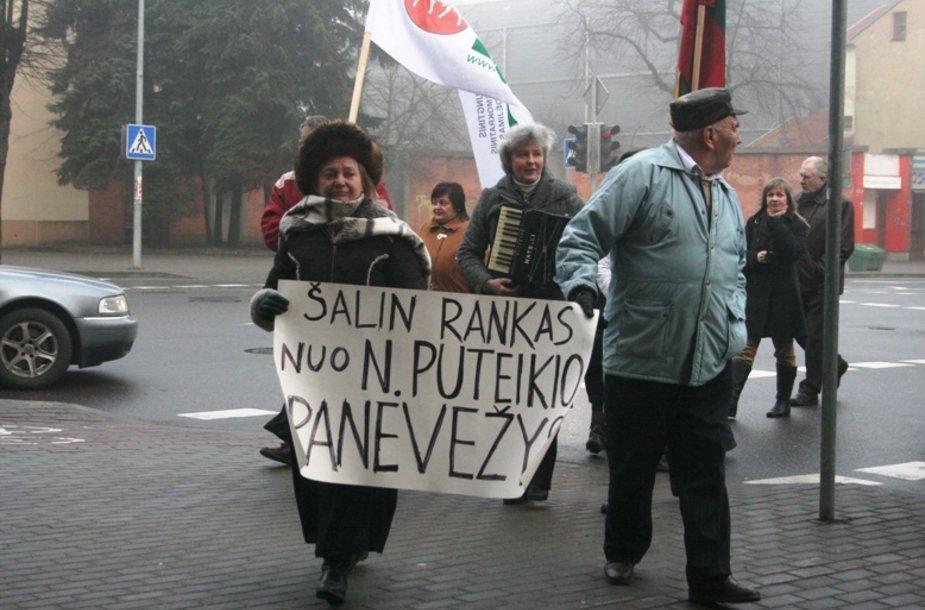 Į teismą Naglio Puteikio palaikytojai atėjo su plakatais ir armonikom.