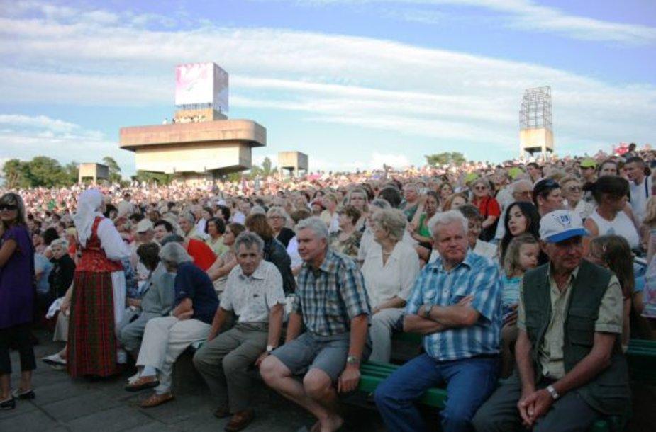 """Tūkstančius žmonių sutraukusi """"Europiada"""" pažėrė nemalonumų: suoleliai, ant kurių drąsiai sėdosi žmonės buvo teplūs."""