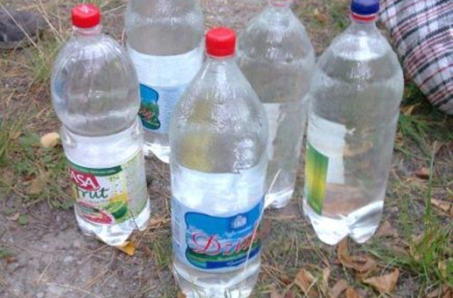 Naminukė buvo supilstyta į plastiko butelius.
